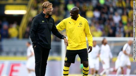 Ο Otto Edo Borcia συνομιλεί με τον πρώην προπονητή του Ντόρτμουντ Jurgen Klopp.
