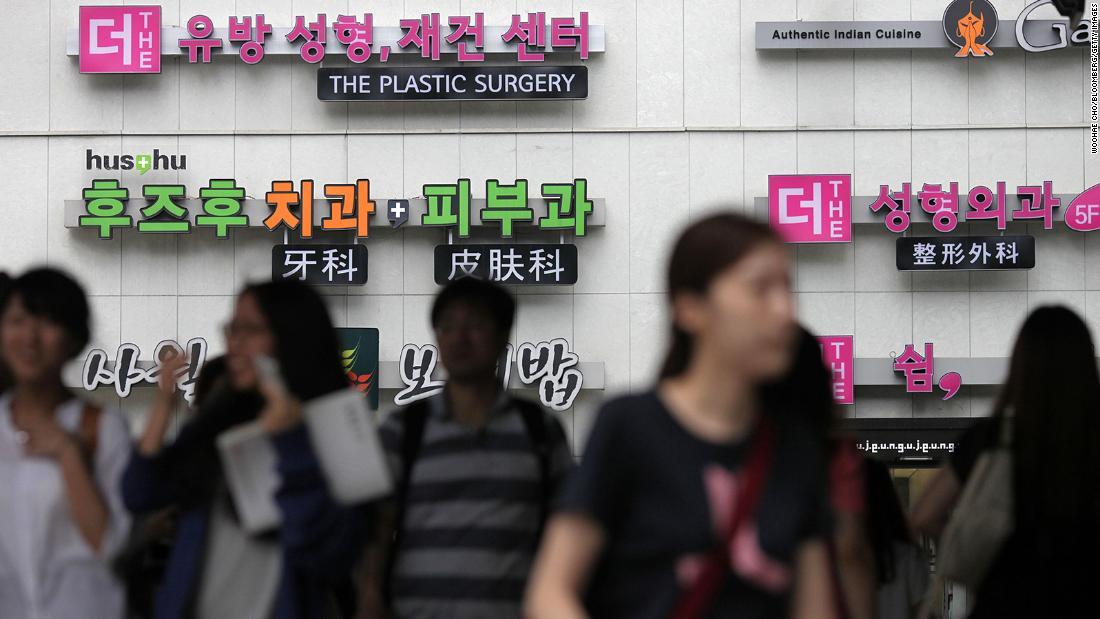 Tanda untuk klinik operasi plastik dipajang di sebuah gedung di daerah Apgujeong-dong distrik Gangnam di Seoul, Korea Selatan, pada 3 Agustus 2013.