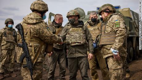 Zhelensky dijo que sabía que los principales soldados estaban cansados de la larga batalla.
