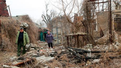 Los residentes regresan a principios de este mes para buscar artículos en una casa destruida cerca de una línea del frente en el este de Ucrania.