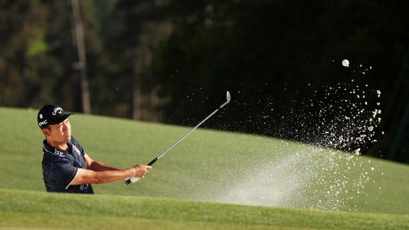 Kevin Na plays a shot from a bunker on Sunday.