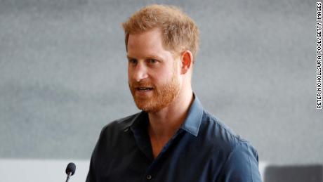 Harry rinde homenaje a 'descarado'  el abuelo, el príncipe Felipe, cuando llega al Reino Unido para el funeral