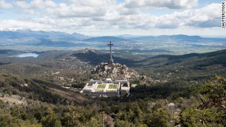La tumba contiene los restos de más de 33.000 víctimas de la Guerra Civil española.