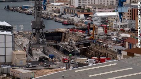 Les pompiers pulvérisent de l'eau sur le sous-marin Perle (à droite) après qu'un incendie s'est déclaré à bord alors qu'il subissait des réparations à Toulon, en France, le 12 juin 2020.