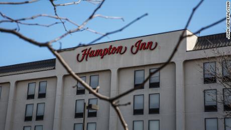 مسافرخانه همپتون در وودبریج ، نیوجرسی ، جایی که پلیس گفت یک مظنون با برخورد به ماشین پلیس و نزدیک به فرار کردن یک کارمند از صحنه فرار کرد.  (جان جنرال / CNN)