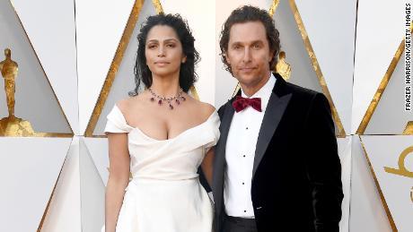 HOLLYWOOD, CA - 4 DE MARÇO: Matthew McConaughey (L) e Camila Alves comparecem ao 90º Prêmio da Academia em Hollywood & Highland Center em 4 de março de 2018 em Hollywood, Califórnia.