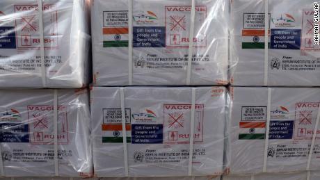 Cajas de la vacuna AstraZeneca, producida por el Serum Institute en India y donada por el gobierno indio, llegarán a Kabul, Afganistán, el 7 de febrero de 2021.