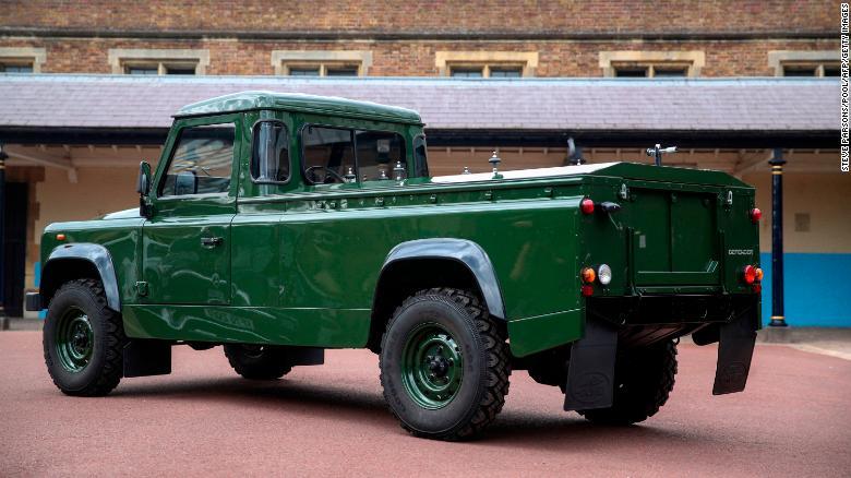 Land Rover, който е модифициран за транспортиране на ковчега на херцога, е разкрит.