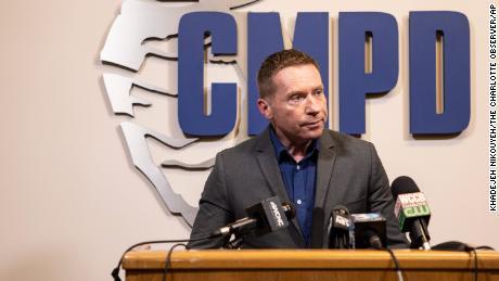 Rob Tufano, Diretor de Comunicação de Segurança Pública do Departamento de Polícia de Charlotte-Mecklenburg, fala a repórteres em uma entrevista coletiva na quinta-feira sobre os recentes assassinatos de duas mulheres transexuais na cidade.