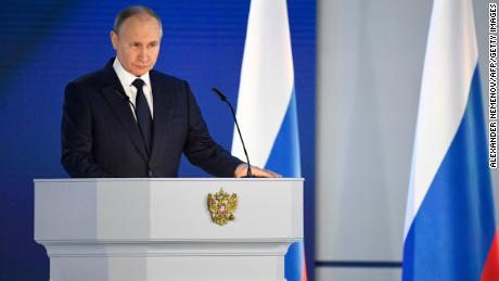 Президент России Владимир Путин выступает с ежегодным Посланием народу в Москве 21 апреля.