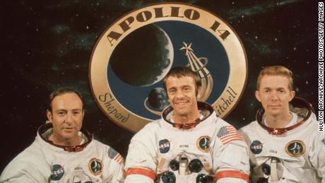 Astronauții Apollo 14 pozează pentru o fotografie de grup la o conferință de presă anterioară la Centrul Spațial Kennedy din Cape Canaveral, Florida.  De la stânga la dreapta: Edgar J Mitchell, Alan B Shepard și Stuart A Roosa.