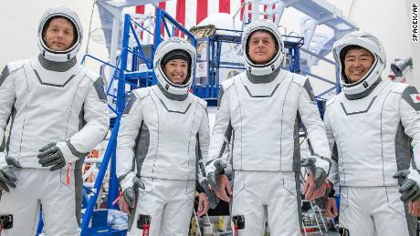 در سمت چپ ، متخصص ماموریت توماس پسکه از آژانس فضایی اروپا ، خلبان مگان مک آرتور و فرمانده شین کیمبرو از ناسا و متخصص ماموریت آکیهیکو هوشیده از آژانس اکتشاف هوافضا ژاپن هستند.