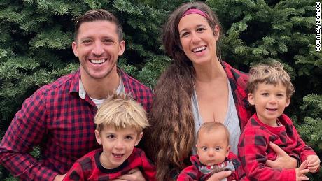 Соучредители Zigazoo Зак и Лия Рингельштейн с тремя детьми