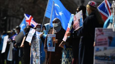 Mitglieder der uigurischen Gemeinschaft fordern das britische Parlament auf, dafür zu stimmen, dass die mutmaßliche Verfolgung der muslimischen uigurischen Minderheit in China am 22. April 2021 in London als Völkermord und Verbrechen gegen die Menschlichkeit anerkannt wird.