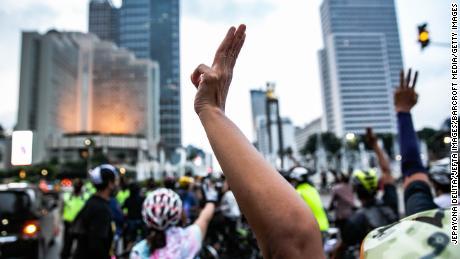Ciclistas indonesios durante una protesta contra el golpe militar de Myanmar frente al edificio de la secretaría de la ASEAN en Yakarta, Indonesia, el 17 de abril.
