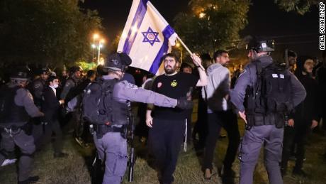 Izraelska policja graniczna blokuje członków Lehava, żydowskiej grupy ekstremistycznej, niedaleko Bramy Damasceńskiej, w obliczu narastającego napięcia w mieście.