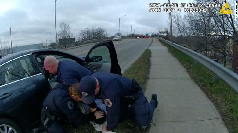 Michigan police officer punches suspect during traffic stop arrest. Department chief defends actions