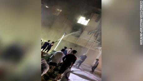 소방관들은 불을 끄려고 출격했습니다.