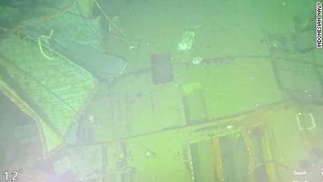 सिंगापुर से एक बचाव जहाज ने पनडुब्बी के स्पष्ट पानी के नीचे के दृश्य प्राप्त करने के लिए एक दूर से संचालित वाहन भेजा।