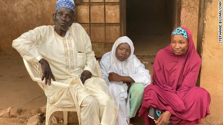 هاجم مسلحون مدرسته خلال مداهمة خطف.  وجدت عائلتها بين الأسرى & # 39 ؛  لإخفاء