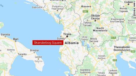 Das Auto fuhr den Skanderbeg-Platz in der albanischen Hauptstadt Tirana entlang.