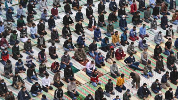 "People gather at a Srinagar mosque on the first day of <a href=""http://www.cnn.com/2021/04/13/world/gallery/ramadan-2021/index.html"" target=""_blank"">Ramadan</a> on April 14."