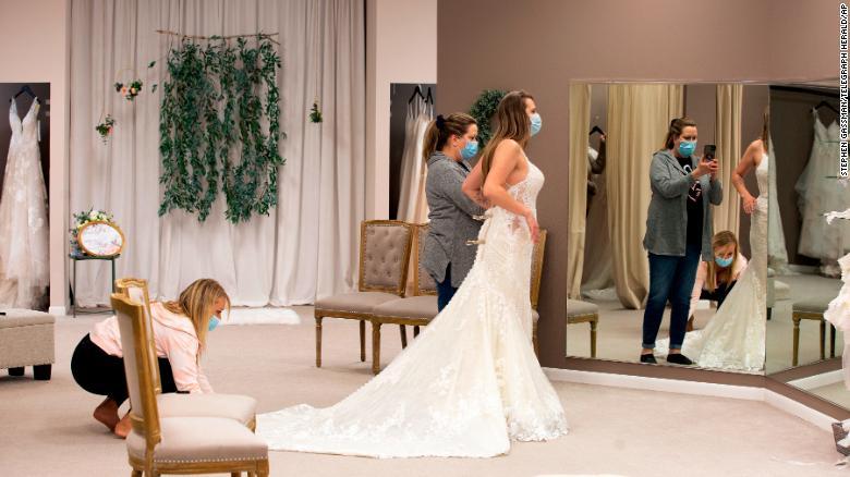 यदि आप महामारी के दौरान शादी की योजना बना रहे हैं या उसमें भाग ले रहे हैं तो क्या करें