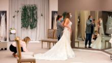 La future mariée Taylor Tamling-Thurn reçoit de l'aide de sa demoiselle d'honneur alors que Tamling-Thurn achète des robes de mariée chez Brides & amp; Mariages à Manchester, Iowa, le 10 avril.