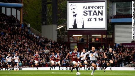 На голям екран се показва съобщение за подкрепа на Петров по време на мача от Висшата лига между Астън Вила и Болтън Уондърърс.