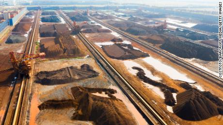 Minerai de fer importé d'Australie et du Brésil dans un chantier de stockage de minerai de fer du port de Taicang, province du Jiangsu, Chine, le 9 décembre 2020.