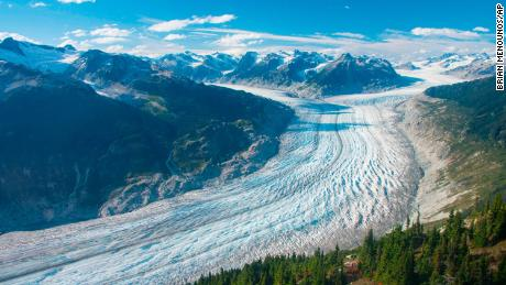 Această imagine din septembrie 2017 oferită de cercetătorul Brian Menounos arată ghețarul Klaclini din Columbia Britanică, Canada.  Ghețarul și câmpul ghețar adiacent au pierdut aproape 16 miliarde de tone de zăpadă și gheață din 2000.