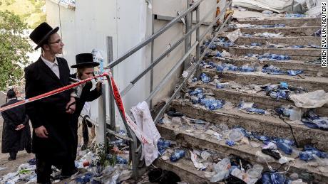 Judíos ultraortodoxos junto a las escaleras el viernes en el monte Meron.