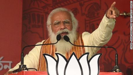 O primeiro-ministro Narendra Modi em um comício em 12 de abril de 2021, em North 24 Parganas, Índia.