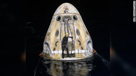 تعمل فرق الدعم حول المركبة الفضائية SpaceX Crew Dragon Resilience بعد وقت قصير من هبوطها