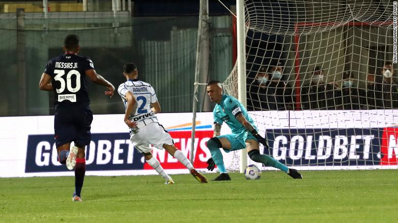 Achraf Hakimi mencetak gol kedua Inter ke gawang Crotone