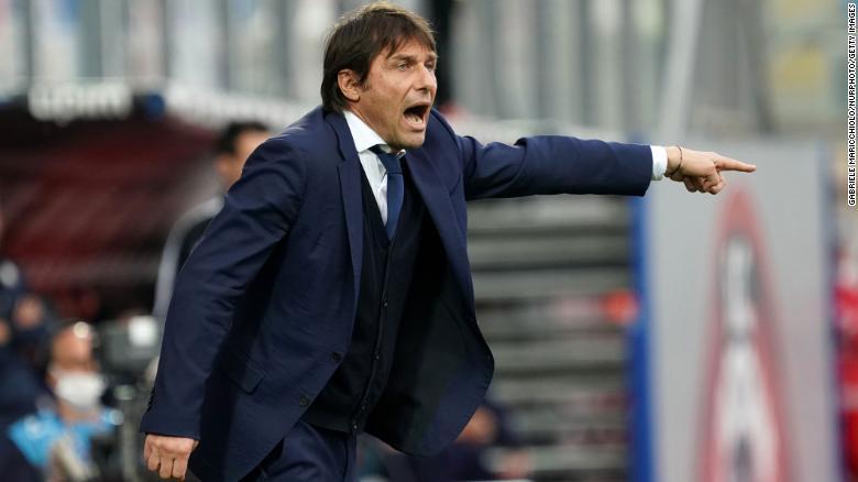 Pelatih Inter Antonio Conte memberi isyarat saat menang 20 atas Crotone pada hari Sabtu