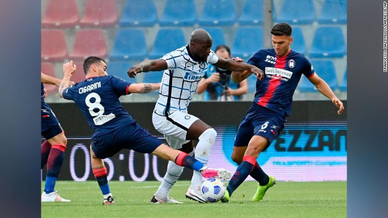 Luca Cigarini dari Crotone, kiri, Romelu Lukaku dari Inter Milan, tengah, dan Lisandro Magallan dari Crotone bersaing memperebutkan bola  Lukaku telah mencetak 21 gol di Serie A musim ini