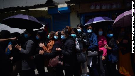 Les Népalais font la queue pour recevoir des doses de vaccin à l'hôpital Alka, Lalitpur, Népal, le 22 avril 2021.