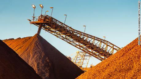 Le minerai de fer tombe d'un convoyeur à une pile de stockage au port de Port Hedland, en Australie, le lundi 18 mars 2019.