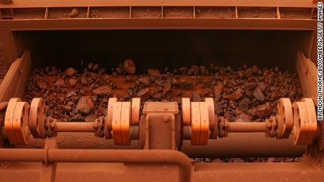 Le minerai de fer passe à travers les machines de criblage des opérations minières de Solomon Hub de Fortescue Metals Group Ltd. dans la région de Pilbara, en Australie, le jeudi 27 octobre 2016.