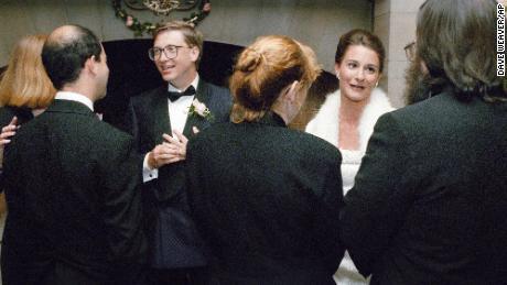 Bill Gates et Melinda French accueillent les invités lors d'une réception le 9 janvier 1994 dans un domaine privé à Seattle. Le couple s'est marié la semaine précédente à Hawaï.
