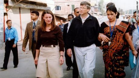 Bill et Melinda Gates marchent dans une rue en décembre 2005 à Dhaka, au Bangladesh, où la Fondation Bill et Melinda Gates a financé des programmes de santé.