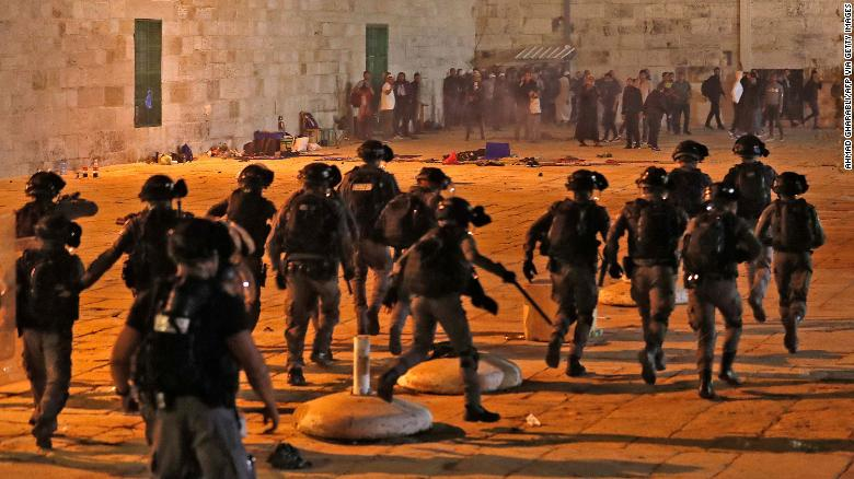 Israeli seurity forces advance on Palestinian protesters at the al-Aqsa mosque compound in Jerusalem, on May 7, 2021.