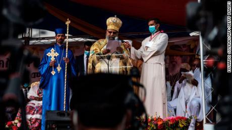 Abune Mathias, au centre, s'adresse au public lors de la célébration de la veille de la fête orthodoxe éthiopienne de Meskel, à Addis-Abeba, le 26 septembre.