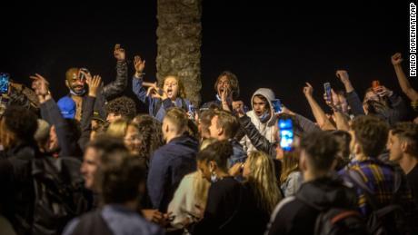 Les gens dansent sur la plage de Barcelone. L'Espagne assouplit les mesures globales pour contenir le coronavirus ce week-end, permettant aux résidents de voyager à travers les régions.