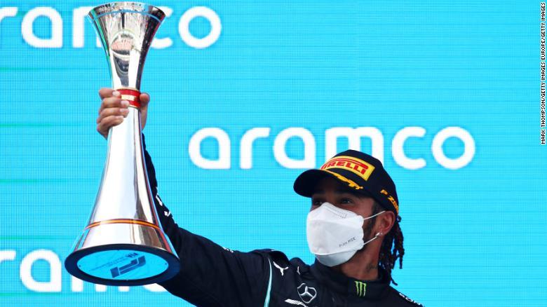 Lewis Hamilton merayakan kemenangannya di Grand Prix Spanyol