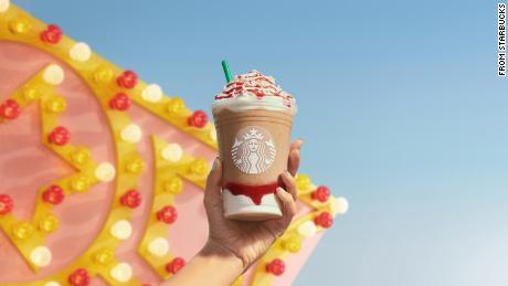 Le nouveau Frappuccino de gâteau aux fraises en entonnoir de Starbucks.