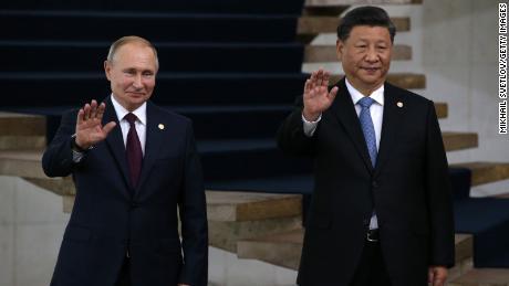 Trung Quốc và Nga muốn tiêm chủng cho thế giới đang phát triển trước phương Tây.  Anh ấy đã đưa họ đến gần hơn bao giờ hết وقت