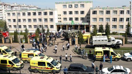 Des ambulances et des voitures de police sont garées dans une école après une fusillade à Kazan, en Russie.