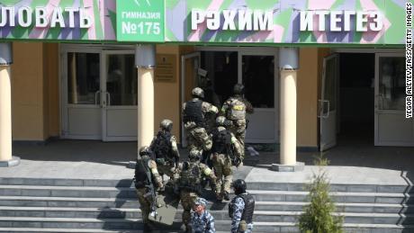 Des agents des services fédéraux de sécurité sont vus à l'école de Kazan, en Russie.